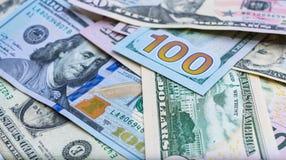 Chiuda su delle banconote di U.S.A., una nota da 100 dollari americani, le note da 50 dollari americani, le note da 20 dollari am Immagini Stock Libere da Diritti