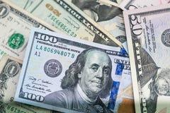 Chiuda su delle banconote di U.S.A., una nota da 100 dollari americani, le note da 50 dollari americani, le note da 20 dollari am Fotografia Stock