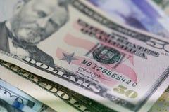 Chiuda su delle banconote di U.S.A., una nota da 100 dollari americani, le note da 50 dollari americani, le note da 20 dollari am Immagine Stock