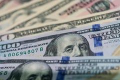 Chiuda su delle banconote di U.S.A., una nota da 100 dollari americani, le note da 50 dollari americani, le note da 20 dollari am Fotografie Stock Libere da Diritti