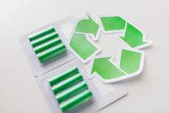Chiuda su delle batterie e del simbolo di riciclaggio verde Fotografie Stock Libere da Diritti