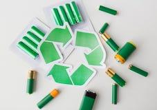 Chiuda su delle batterie e del simbolo di riciclaggio verde Immagini Stock Libere da Diritti