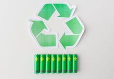 Chiuda su delle batterie e del simbolo di riciclaggio verde Fotografia Stock Libera da Diritti