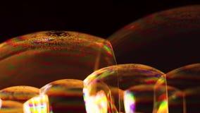 Chiuda su delle bolle di sapone dorate video d archivio