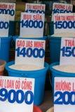 Chiuda su delle borse di riso in un mercato locale nel Vietnam con il prezzo Fotografia Stock Libera da Diritti