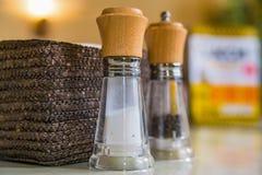 Chiuda su delle bottiglie del pepe e del sale Fotografie Stock