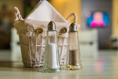 Chiuda su delle bottiglie del pepe e del sale Fotografia Stock Libera da Diritti