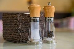 Chiuda su delle bottiglie del pepe e del sale Fotografia Stock