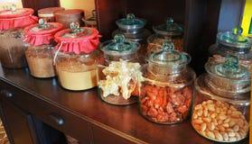 Chiuda su delle bottiglie della medicina delle erbe secca alternativa tailandese nella grande medicina del barattolo della bottig Fotografia Stock
