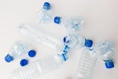Chiuda su delle bottiglie di plastica utilizzate vuote sulla tavola Fotografie Stock Libere da Diritti