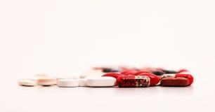 Chiuda su delle capsule e delle medicine Fotografie Stock