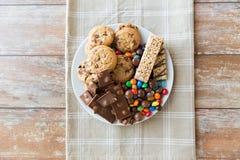 Chiuda su delle caramelle, del cioccolato, dei muesli e dei biscotti Immagine Stock Libera da Diritti