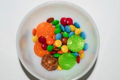 Chiuda su delle caramelle di cioccolato rivestite variopinte immagini stock