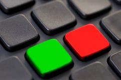 Chiuda su delle chiavi in bianco verdi e rosse su un computerd Fotografia Stock Libera da Diritti