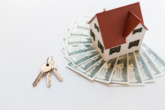 Chiuda su delle chiavi domestiche del modello, dei soldi e della casa Fotografie Stock Libere da Diritti