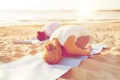 Chiuda su delle coppie che fanno gli esercizi di yoga all'aperto Fotografia Stock Libera da Diritti