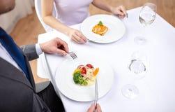 Chiuda su delle coppie che mangiano gli aperitivi al ristorante Fotografie Stock