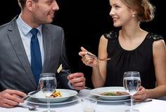 Chiuda su delle coppie che parlano al ristorante Fotografia Stock