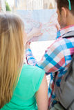 Chiuda su delle coppie con la mappa e backpack in città Fotografie Stock Libere da Diritti