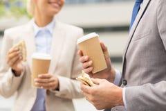 Chiuda su delle coppie di affari alla pausa caffè Immagini Stock Libere da Diritti