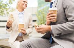 Chiuda su delle coppie di affari alla pausa caffè Immagini Stock
