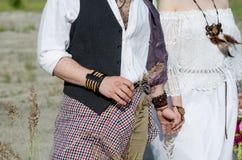 Chiuda su delle coppie di nozze di boho L'uomo tiene una spighetta Fotografia Stock Libera da Diritti