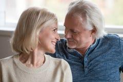 Chiuda su delle coppie felici senior che se esaminano immagini stock