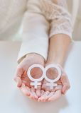 Chiuda su delle coppie lesbiche felici con il simbolo di Venere fotografia stock libera da diritti