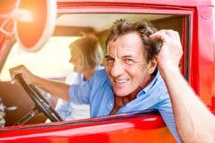 Chiuda su delle coppie senior dentro un camioncino Fotografia Stock