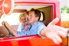 Chiuda su delle coppie senior dentro un camioncino Fotografia Stock Libera da Diritti
