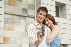 Chiuda in su delle coppie Videoing in giardino domestico Fotografie Stock Libere da Diritti