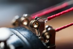 Chiuda su delle corde del violino alla base immagine stock