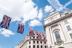 Chiuda su delle costruzioni su Regent Street London con la fila delle bandiere britanniche per celebrare le nozze di principe Har Immagine Stock Libera da Diritti