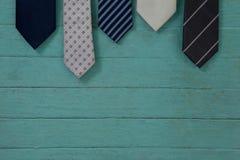 Chiuda su delle cravatte che appendono sulla parete Immagine Stock Libera da Diritti