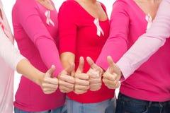 Chiuda su delle donne con i nastri di consapevolezza del cancro Fotografia Stock Libera da Diritti