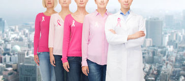Chiuda su delle donne con i nastri di consapevolezza del cancro Fotografie Stock