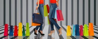 Chiuda su delle donne con i sacchetti della spesa Immagini Stock