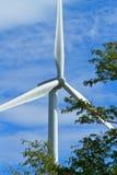 Chiuda in su delle eliche del generatore di vento immagine stock libera da diritti