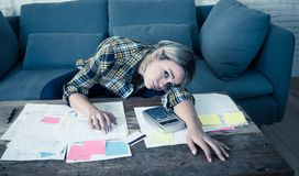 Chiuda su delle fatture di pagamento sollecitate ed enormi della giovane donna e delle finanze domestiche in carico immagine stock