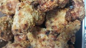 Chiuda su delle fette del manzo arrostito in una padella servita per il pasto immagine stock