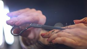 Chiuda su delle forbici di taglio dei capelli del ` s degli uomini in un salone di bellezza Pagina Chiuda su di un taglio di cape video d archivio