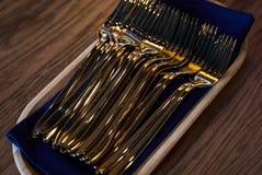 Chiuda su delle forcelle delle posate sulla tavola di legno Immagini Stock