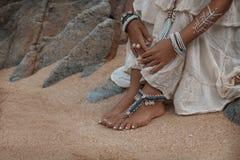 Chiuda su delle gambe con gli accessori etnici Fotografia Stock