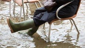 Chiuda su delle gambe con gli stivali dovuto l'alta marea a Venezia Fotografie Stock Libere da Diritti