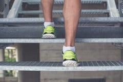 Chiuda su delle gambe dell'uomo con alto corrente delle scarpe da tennis le scale Sport, Fotografia Stock
