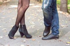 Chiuda su delle gambe stringenti a sé di una coppia Immagine Stock