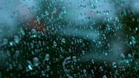 Chiuda su delle gocce di acqua che corrono sul vetro stock footage
