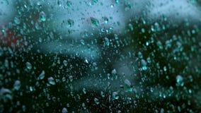 Chiuda su delle gocce di acqua che corrono sul vetro archivi video
