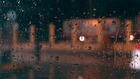Chiuda su delle gocce di pioggia sulla finestra dei car's stock footage