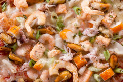 Chiuda su delle guarnizioni della pizza dei frutti di mare Fotografie Stock